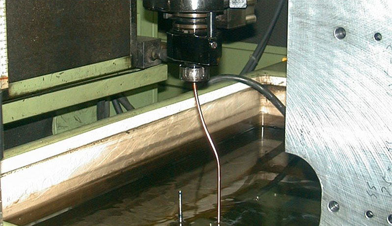 ヘッド部への干渉を避け電極を曲げての対応加工例